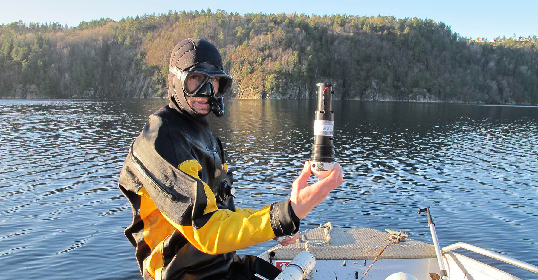 Denne typen signalbøyer ligger nedsenket i fjorden rett under overflaten og mottar signaler fra 100 sjøørret som svømmer med radiosender i buken. Foto: Espen Bierud/HI